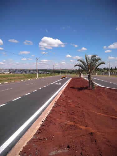 Avenida Grande com Sinalizacões